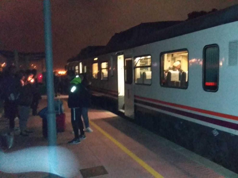 El incendio de un tren entre Zaragoza y Teruel retrasa dos horas el viaje a 40 pasajeros.