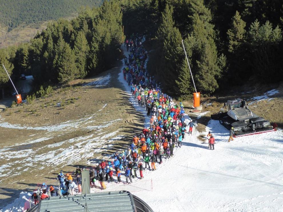 Una larga fila de esquiadores esperando este viernes para subirse al telesilla del Rincón del Cielo de Cerler