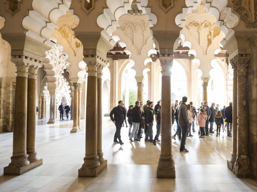 Visitantes en la Aljafería.