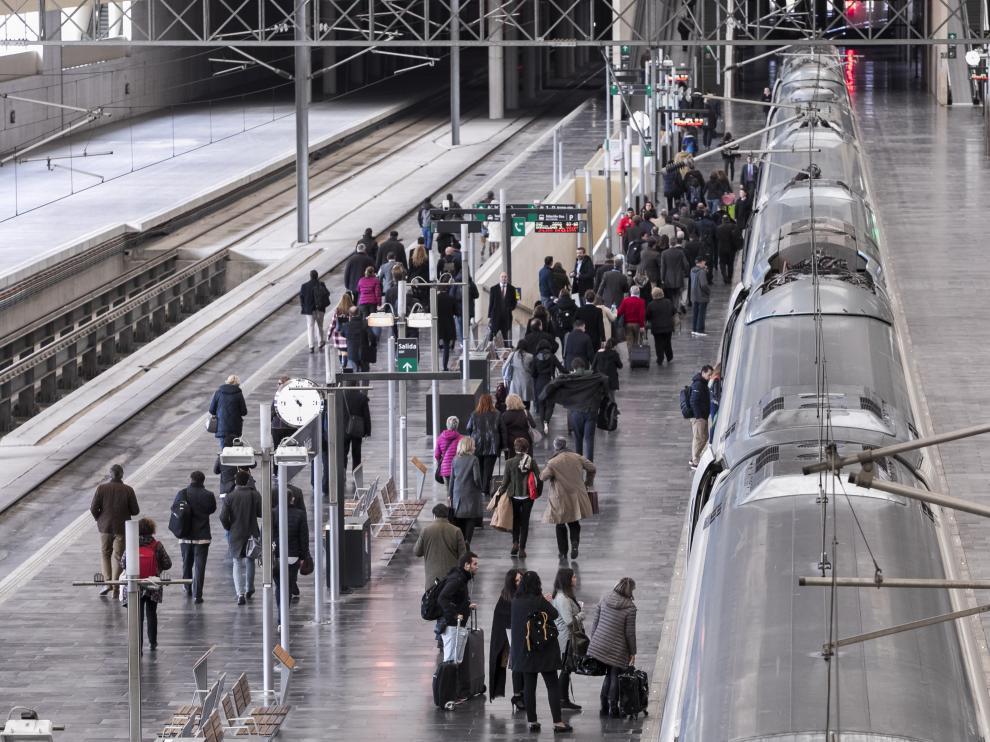 Viajeros esperando en el andén para tomar el Ave en la estación de Delicias de Zaragoza.