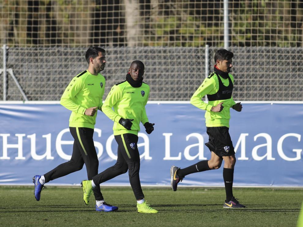 Juan Aguilera, a la derecha, con Peñaloza e Insua durante el entrenamiento de este viernes.