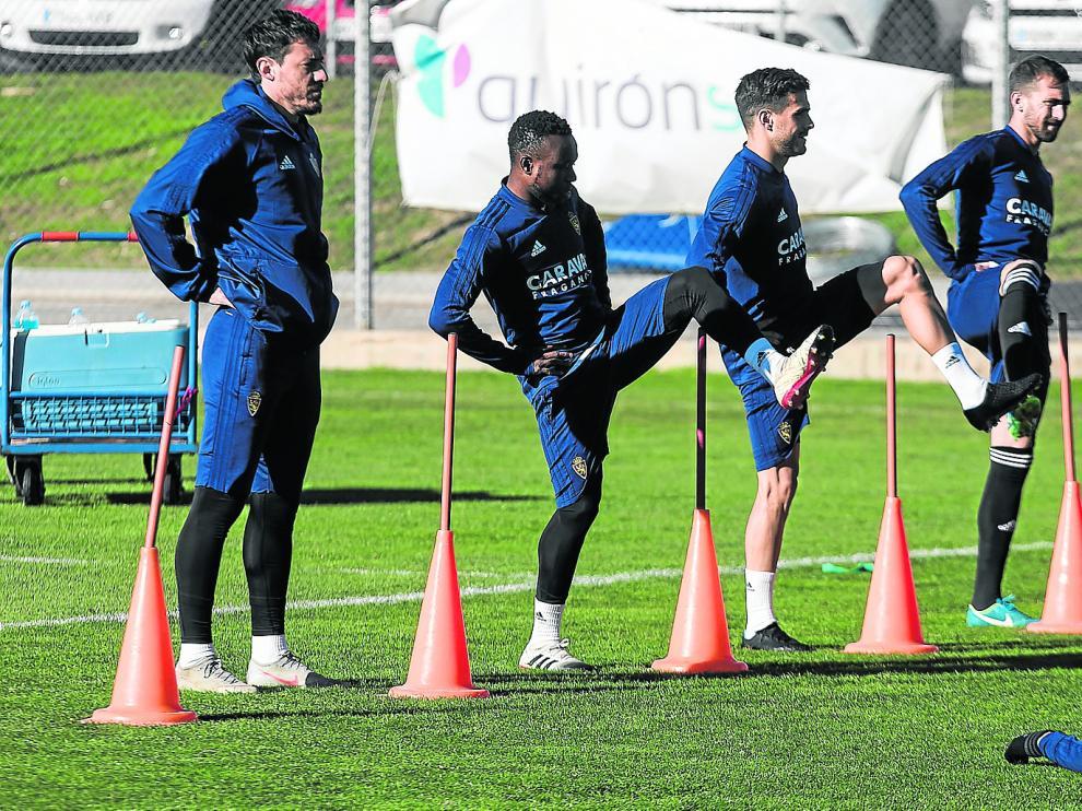 Cristian, Igbekeme, Javi Ros y Alberto Benito, en un ejercicio del entrenamiento de ayer.