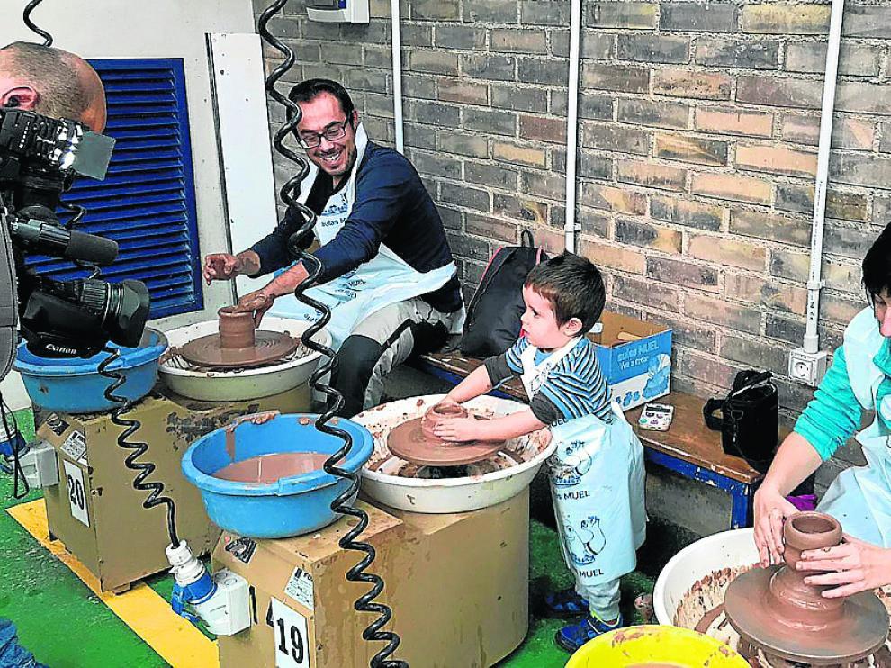Niños y mayores disfrutan este puente de la actividad lúdica en la Escuela Taller de Cerámica de Muel.