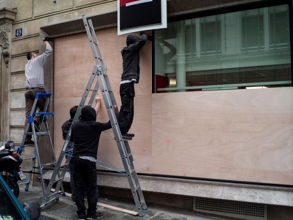 Los comercios cubren los escaparates por temor a actos vandálicos.