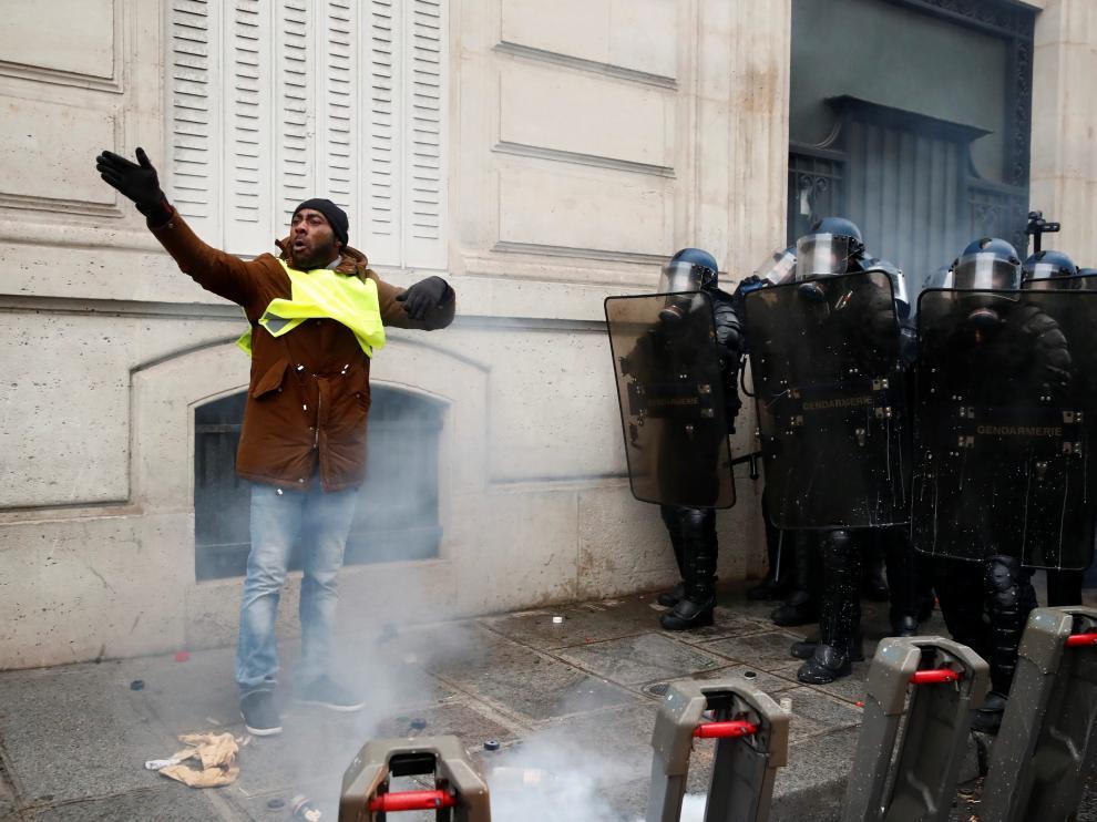Cargas policiales contra los chalecos amarillos en París