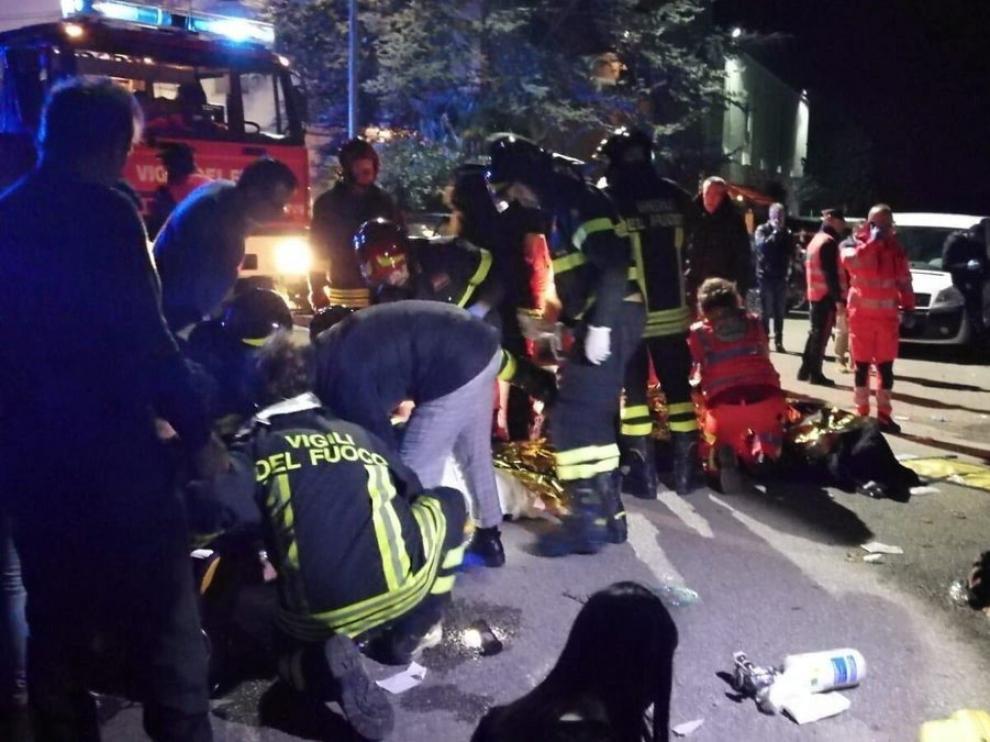 Los servicios de emergencia atienden a los heridos en Corinaldo
