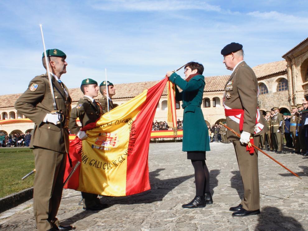 Violeta Barba colocando la corbata de la Medalla de las Cortes.