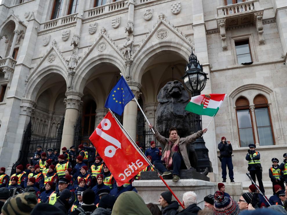 Miles de húngaros protestan contra un proyecto de ley que aumenta las horas extra.