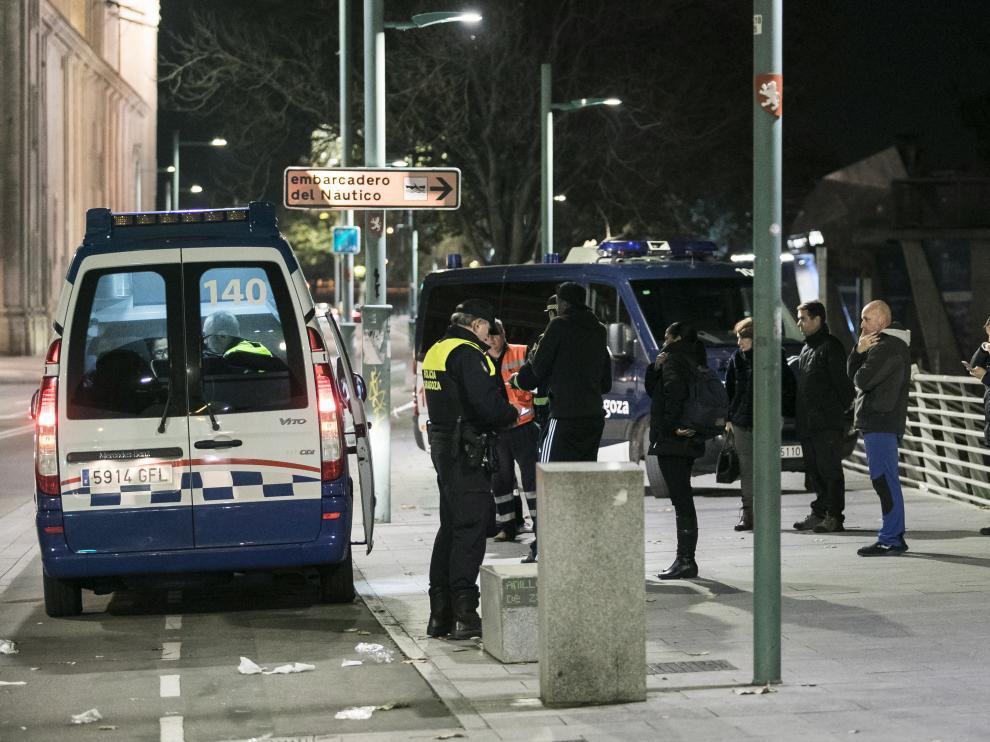 El equipo de atestados de la Policía Local recogiendo evidencias y testimonios en el lugar del doble atropello del sábado.