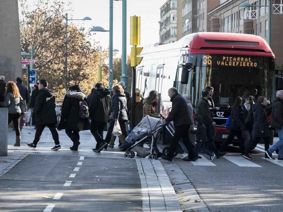 Un autobús de la línea 36, el domingo, en la zona en que se produjo el atropello mortal.