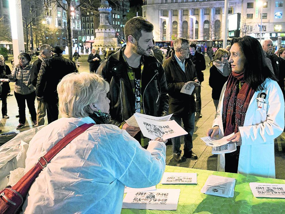 Mesa informativa contra las listas de espera instalada este lunes en la plaza de España de Zaragoza.