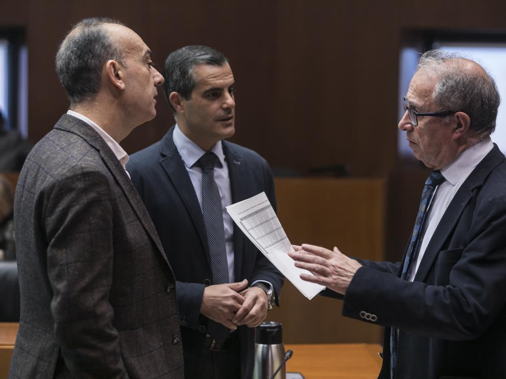 El consejero de Hacienda, Fernando Gimeno, con los diputados Alfredo Sancho y Javier Martínez, este lunes, en las Cortes.