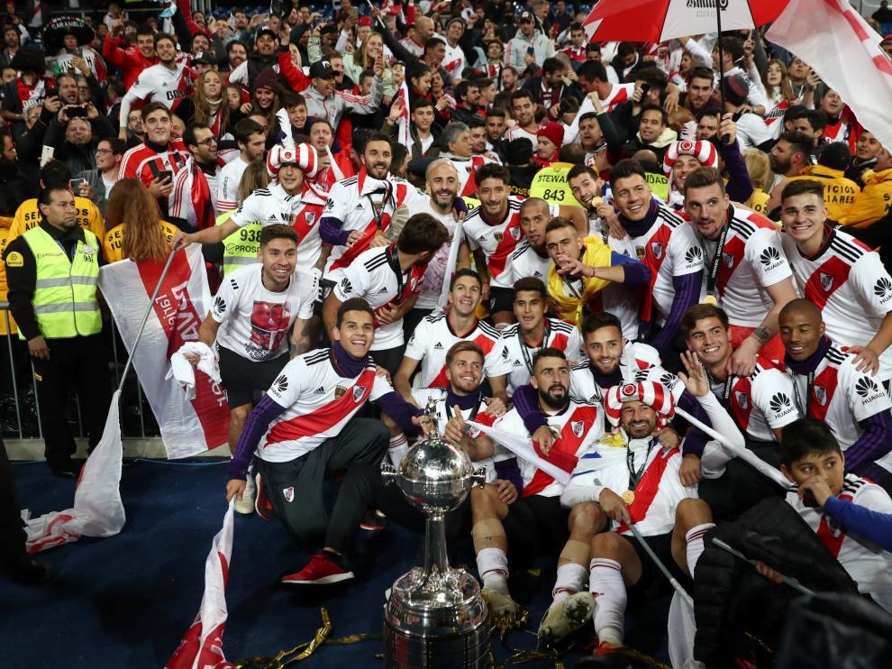 Los jugadores celebraron el triunfo con la afición en el estadio