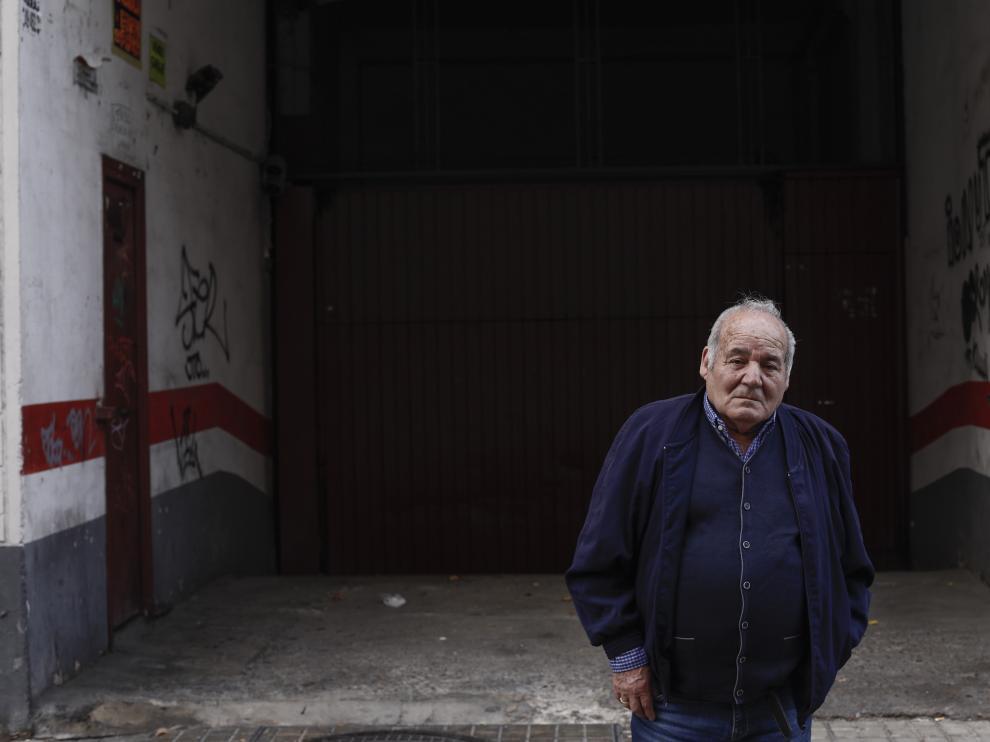 Luis Guillén, ayer, en el garaje que sustituyó el lugar donde estaba tapicerías Bonafonte, en la calle Rodrigo Rebolledo 43, en el barrio de Las Fuentes.