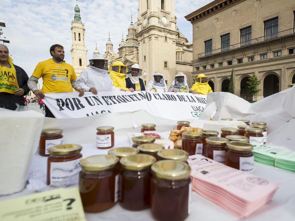 Protesta realiza en 2016 en la plaza del Pilar de Zaragoza para exigir un etiquetado claro de la miel