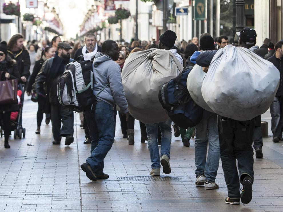 Un grupo de manteros, por la calle Alfonso de Zaragoza