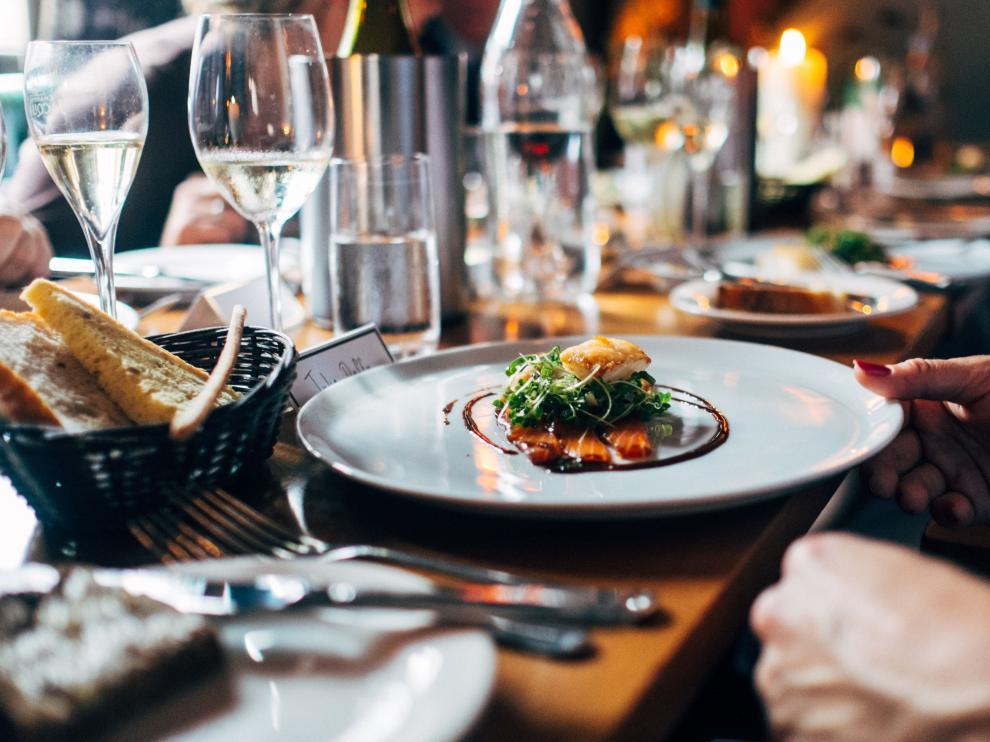 En una cena de empresa de picoteo es recomendable servirse en el plato para no picar más de la cuenta.