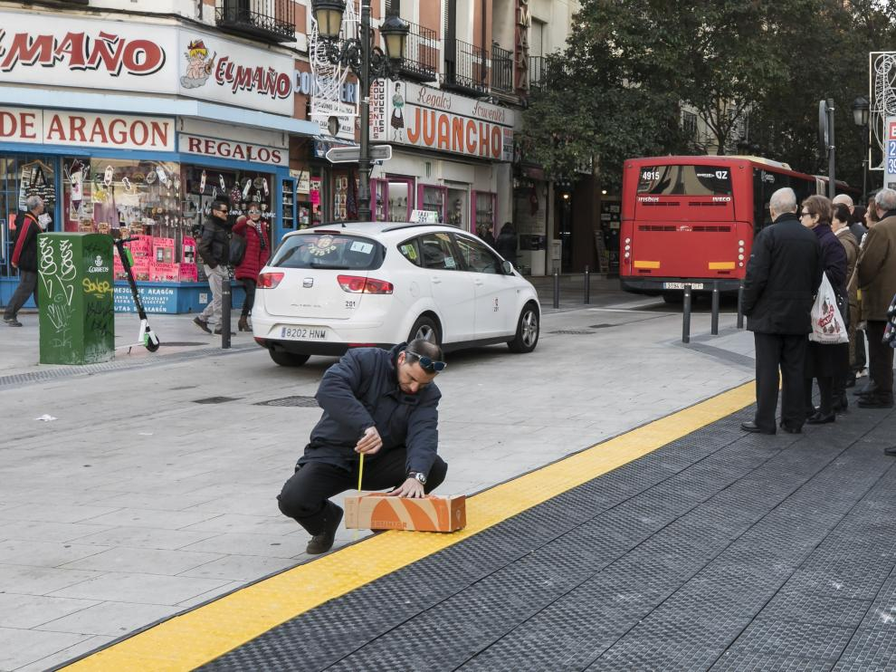 Un técnico de Avanza mide la altura de la plataforma minutos después del incidente con el autobús que se ha quedado atascado.