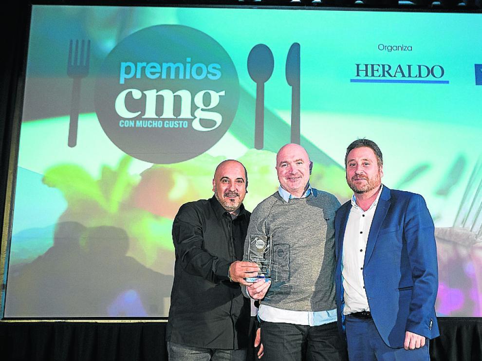 Josetxo Soto y Ramón Aso, propietarios del restaurante Callizo, de Aínsa, reciben su premio de manos de José Luis Soro, consejero de Vertebración del Territorio del Gobierno de Aragón.