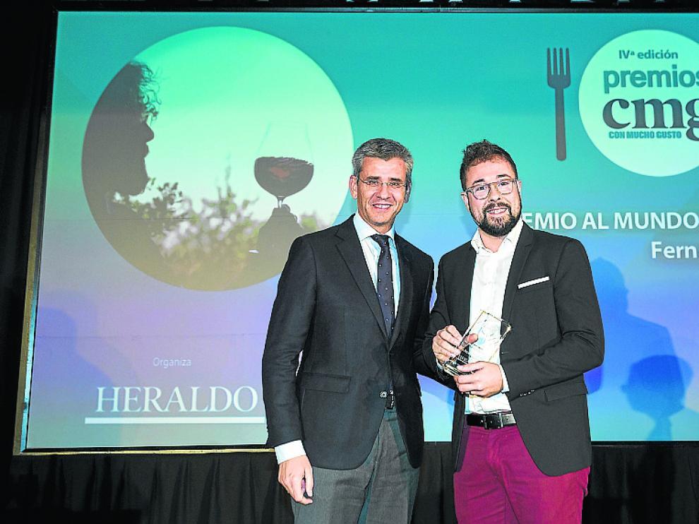 El 'master of wine' Fernando Mora recibe el premio al Mundo del Vino de manos de Mikel Iturbe, director de HERALDO DE ARAGÓN.