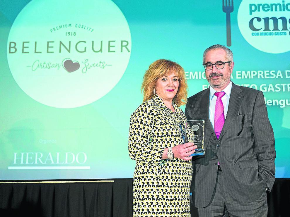 Belenguer recoge el premio de manos de José Andrés Nalda, director de medios de HENNEO.