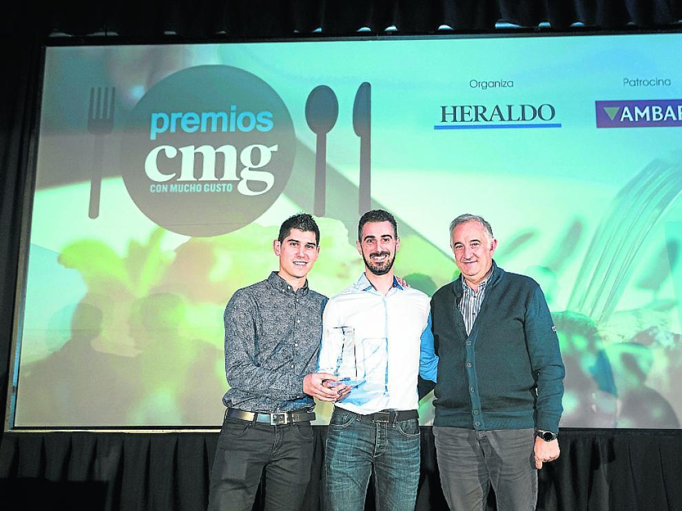 Los hermanos Luis Antonio y Javier Carcas, del restaurante zaragozano Casa Pedro, recibieron su premio de manos de Enrique Novales, director general de Alimentación y Fomento Alimentario del Gobierno de Aragón.