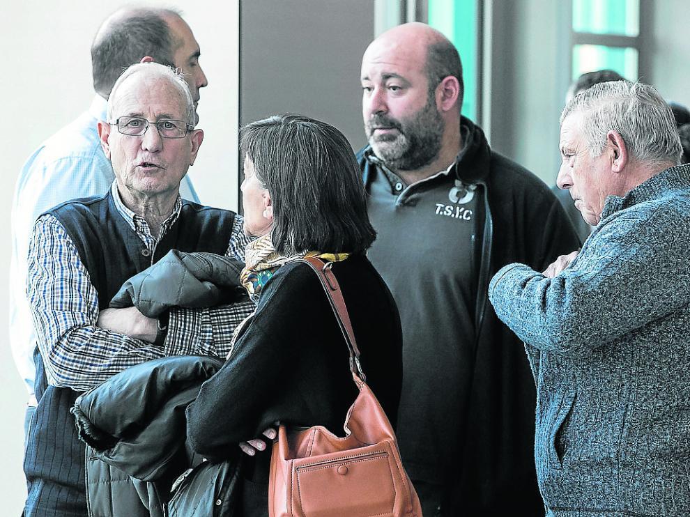 Los cuatro acusados hablan con una mujer en los pasillos de los Juzgados de Zaragoza.