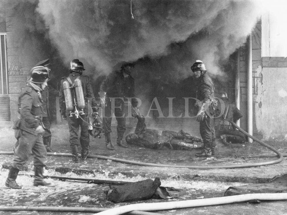 Los bomberos intentando sofocar el incendio en Tapicerías Bonafonte en Zaragoza el 11 de diciembre de 1973.