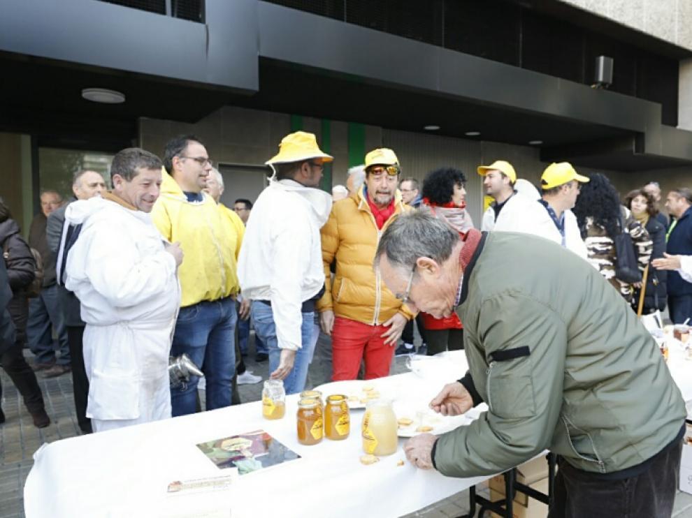 Los apicultores ofrecieron a los viandantes una degustación de miel aragonesa de calidad