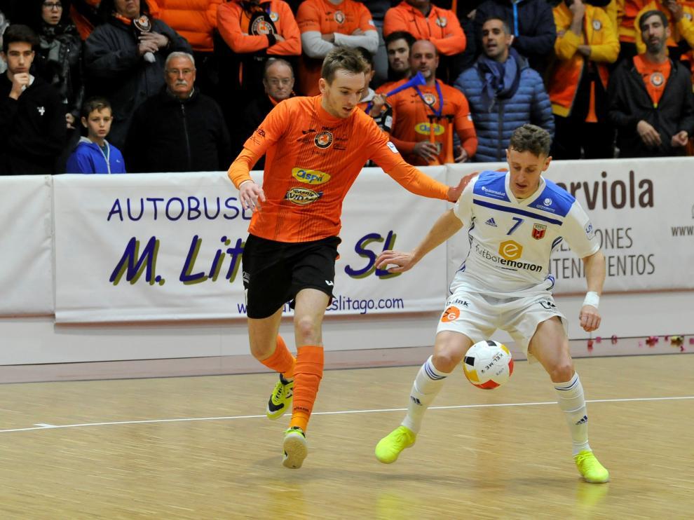Víctor Tejel, del Fútbol Emotion, protege el balón en el partido de este martes.