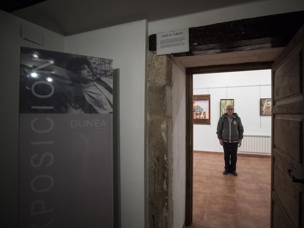 Manuel Bello posa en la sala que alberga la exposición permanente de su hija Dunea en el Museo de Cuevas de Almudén.