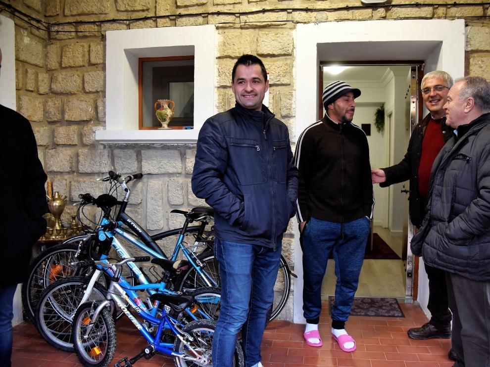 Representantes de la DPH y el Ayuntamiento conversan con la familia recién instalada en Torres de Barbués.