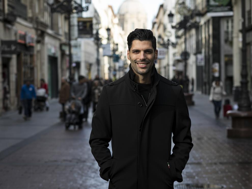 Ángel Lafita, sonriente en la calle Alfonso.