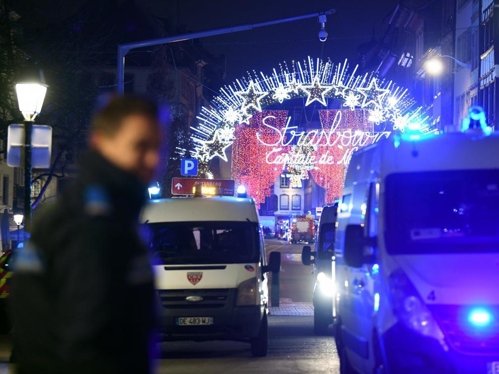 Vista de vehículos de la policía francesa estacionados cerca del lugar del tiroteo registrado hoy en el Mercado de Navidad, en Estrasburgo (Francia).