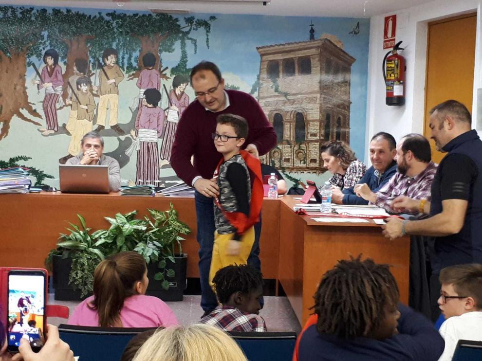 El alcalde, con uno de los integrantes del Consejo de Infancia y Juventud de San Mateo.