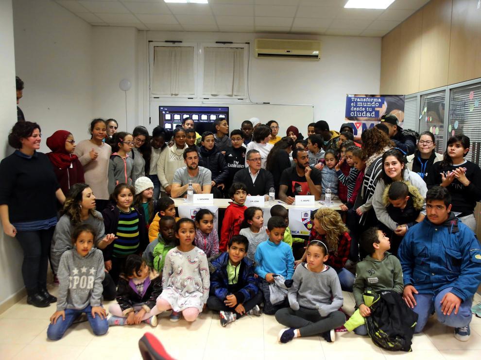 Miramón y Akapo, con los participantes en su coloquio en YMCA.