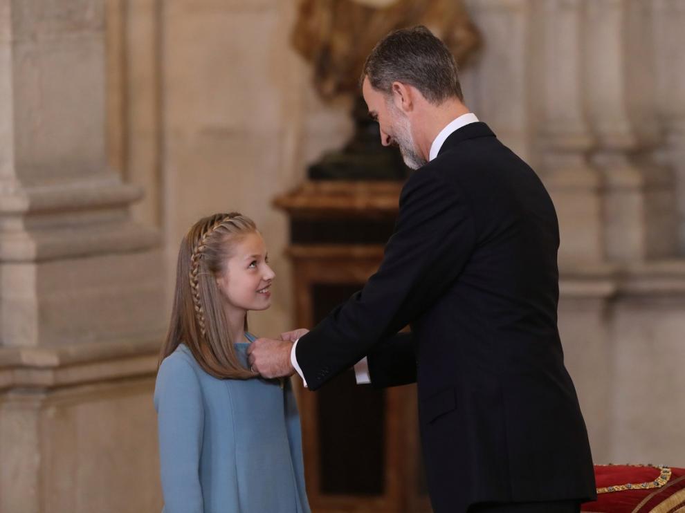 30 DE ENERO. El rey Felipe VI impone a la princesa Leonor el Collar del Toisón de Oro, la máxima distinción que concede la Familia Real española, en una solemne ceremonia en el Palacio Real que coincide con la celebración del 50 cumpleaños del jefe del Estado