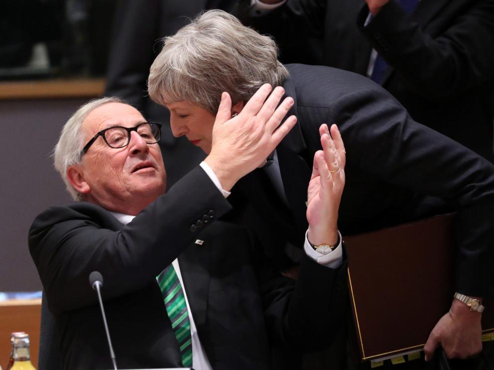 El presidente de la Comisión Europea, Jean Claude Juncker, y Theresa May este jueves en la cumbre