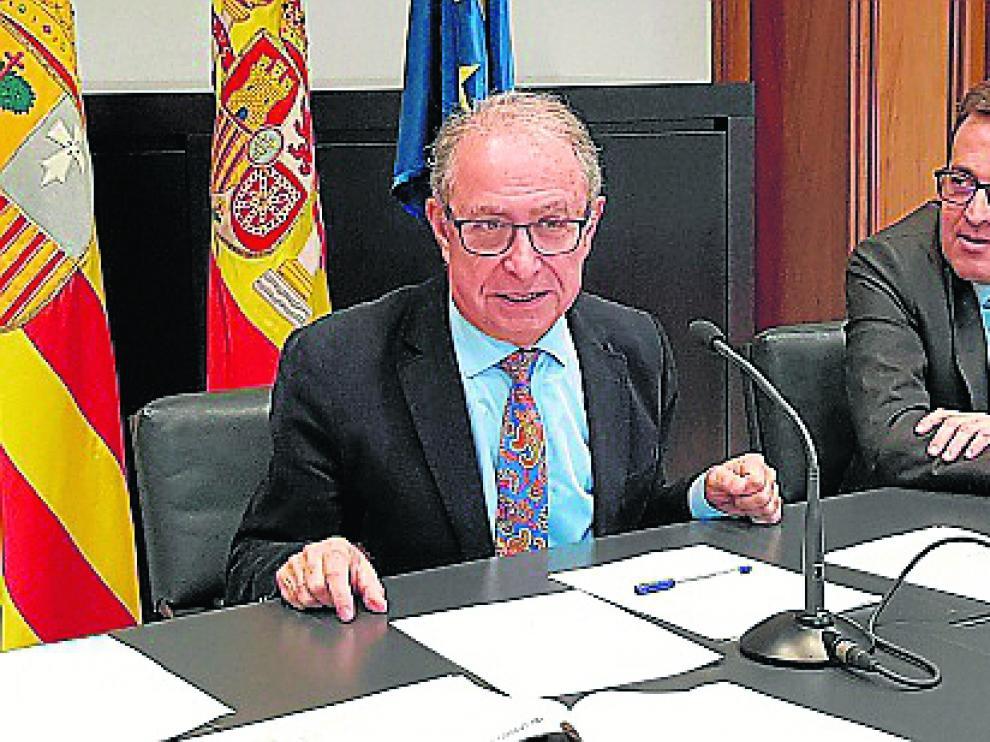El consejero de Hacienda, Fernando Gimeno, y el director general de Presupuestos, Manuel Galochino, ayer.