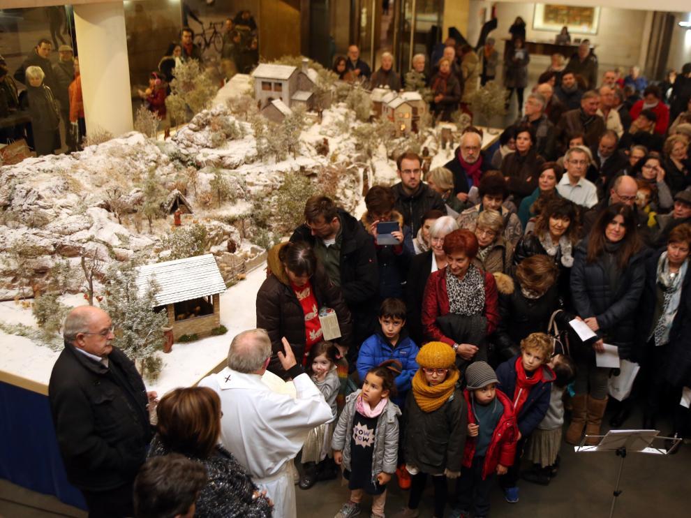 La inauguración del belén de la Diputación de Huesca y la apertura de la Feria de Artesanía marcan el inicio del pórtico de la Navidad.