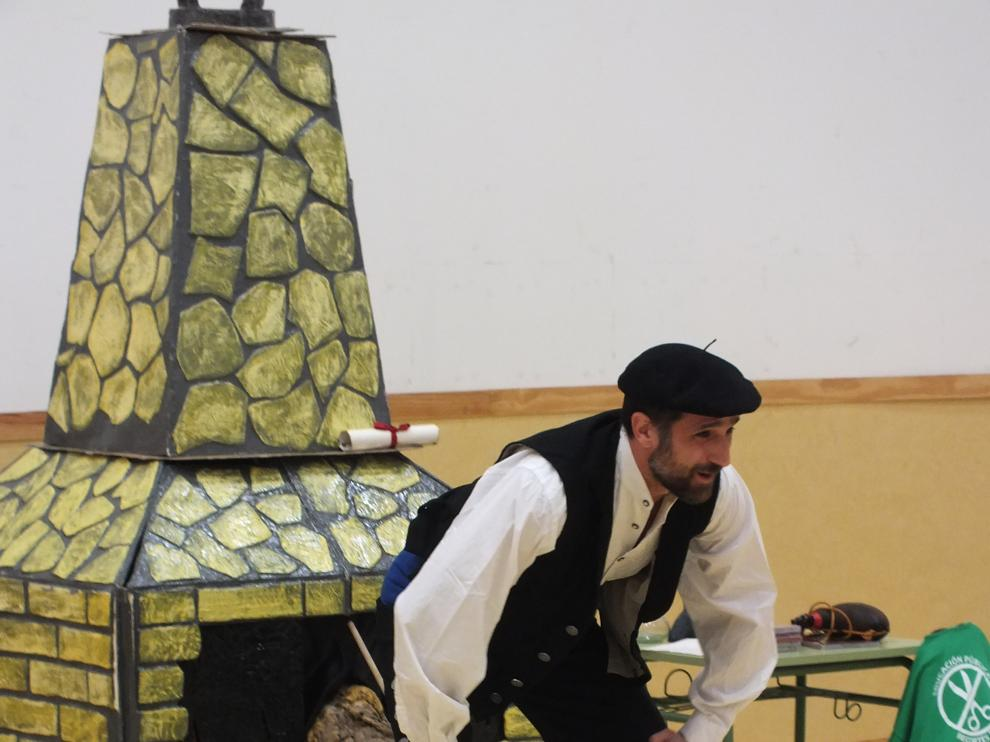 La tronca de Navidad es cada vez más popular. En la imagen, una representación en un colegio de Cadrete (Zaragoza).