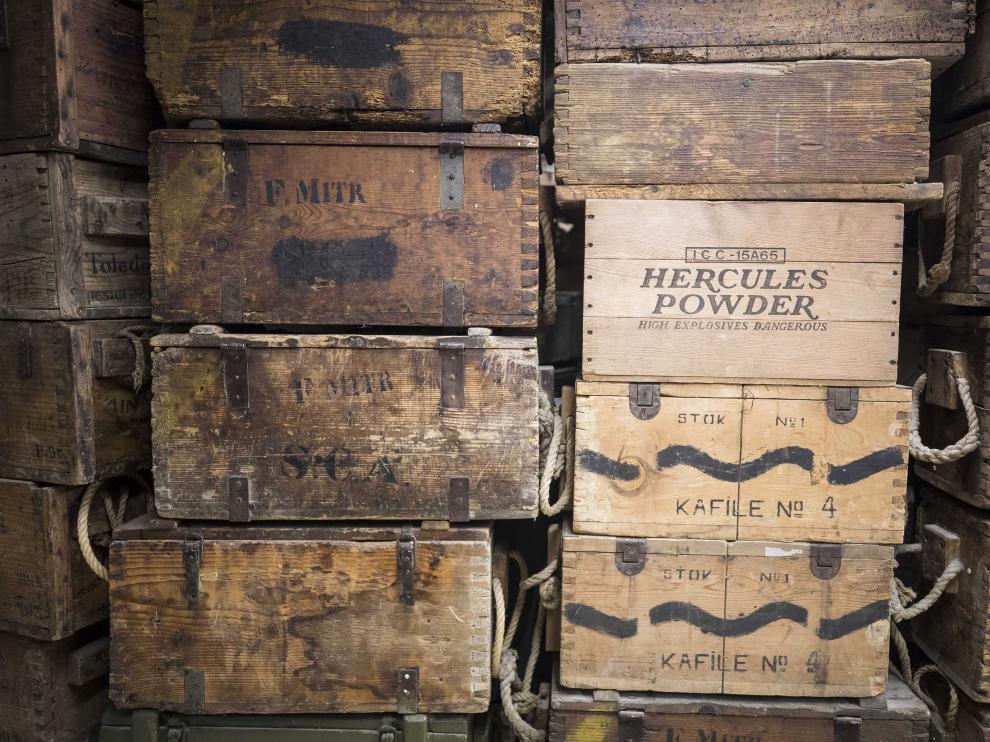 Cajas de municiones y pólvora en el Museo de la Batalla del Ebro.