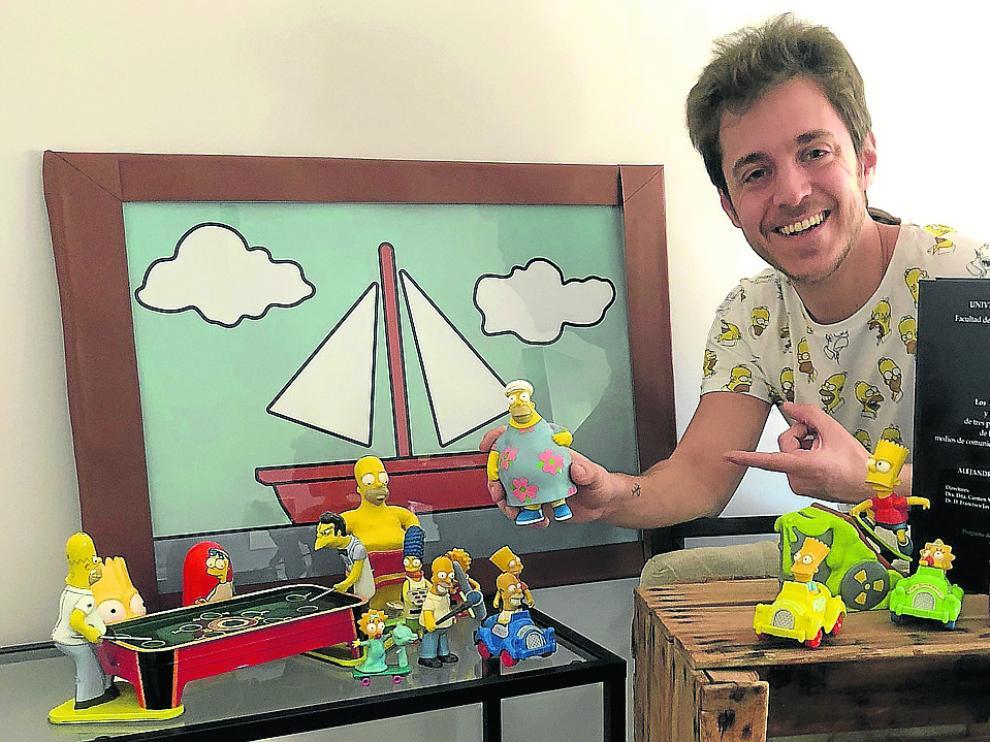 Lalo Tovar, con su tesis y un pequeño bodegón de los personajes de la serie.