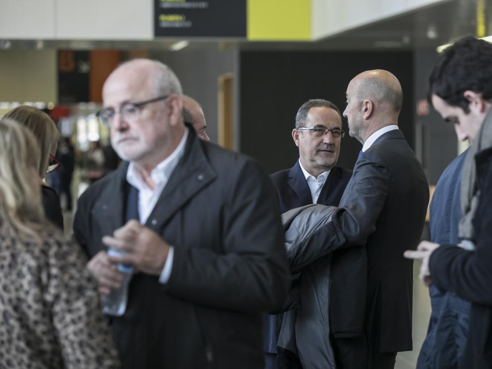 Carlos Esco, en primer plano, y Agapito Iglesias con su abogado, Juan Monclús.