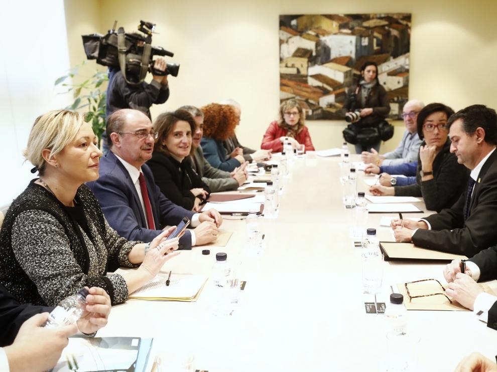 La ministra Ribera, junto a representantes del Gobierno de Aragón y agentes sociales