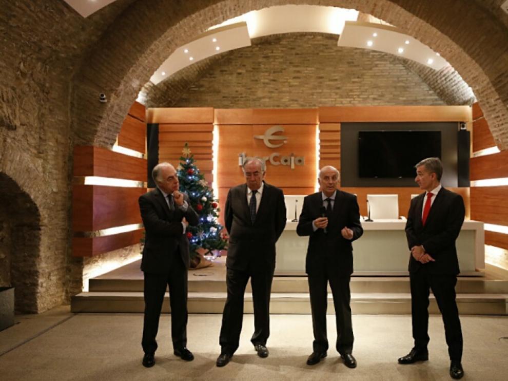 El equipo directivo de Ibercaja, en la tradicional copa de Navidad, con los medios de comunicación