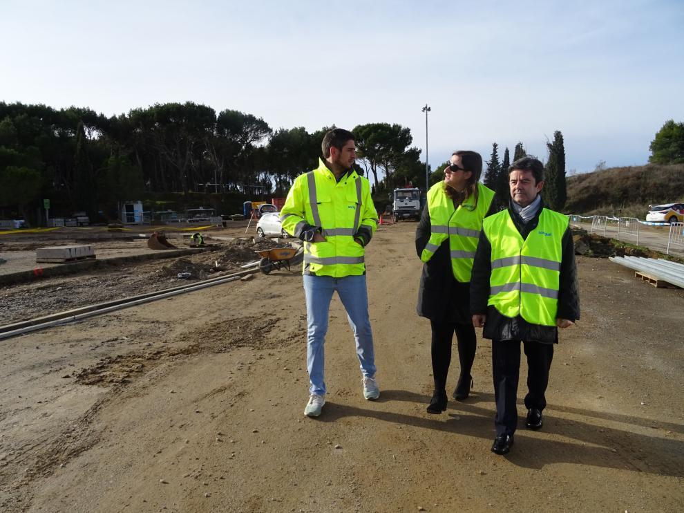 El alcalde, Luis Felipe, y la concejala, María Rodrigo, durante su visita a las obras de reurbanización del entorno del cerro de San Jorge y de El Alcoraz