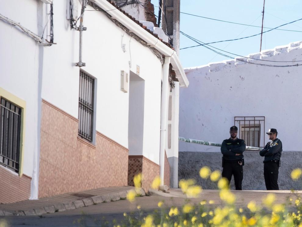 Efectivos de la Guardia Civil custodian la vivienda de la joven zamorana.
