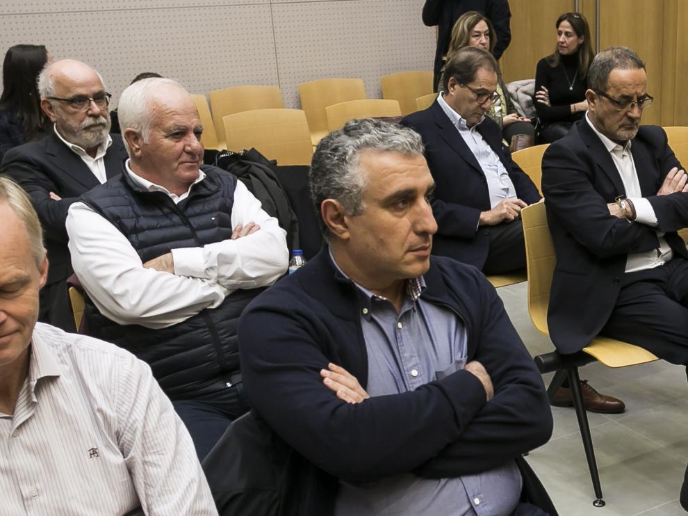 Carlos Esco (arriba a la izquierda) y Agapito Iglesias (derecha), en un banquillo cada vez más vacío.