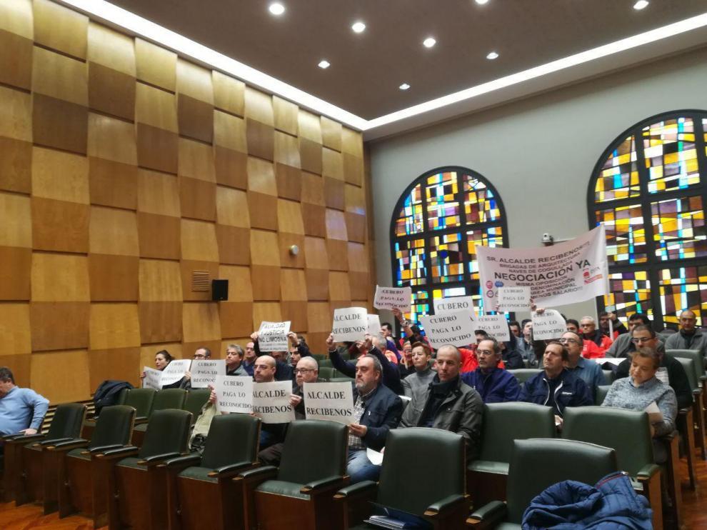 Los trabajadores de las brigadas de Arquitectura, en su protesta de la comisión de Servicios Públicos de hoy.